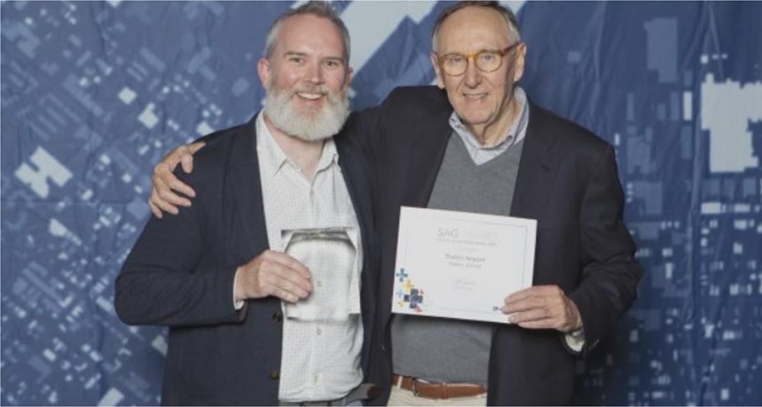 Морган Крамлиш, менеджер пространственных данных аэропорта Дублина, получает награду от Джека Данджермонда на Всемирной пользовательской конференции Esri 2019 г.